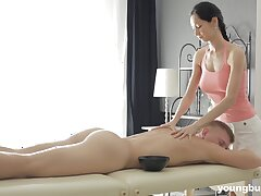 Forfeiture masseuse regarding big special Emma L gets intimate regarding one of her clients